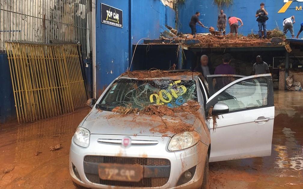Lama invadiu revendedora de carros após deslizamento de terra em Salvador — Foto: Alan Oliveira/G1