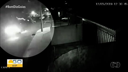 Garupa de moto morre após bater contra caminhonete e ser arremessado em Mineiros; vídeo