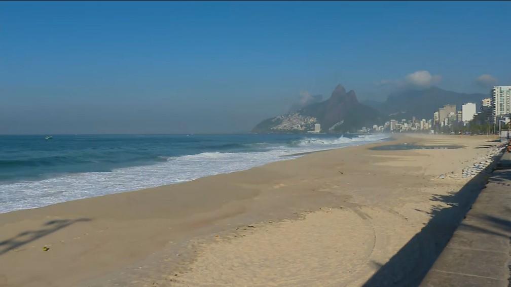 Praia do Arpoador, na Zona Sul do Rio, vazia no primeiro dia de restrições — Foto: Reprodução/TV Globo