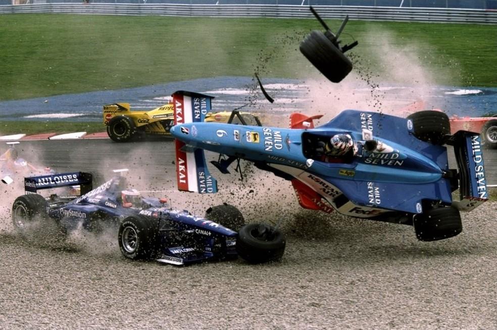 Carro de Alexander Wurz capotou após acidente na largada em Montreal, em 1998 — Foto: Getty Images