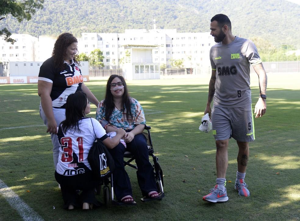 Melissa aguarda treino do Vasco e recebe surpresa de Castan — Foto: André Durão