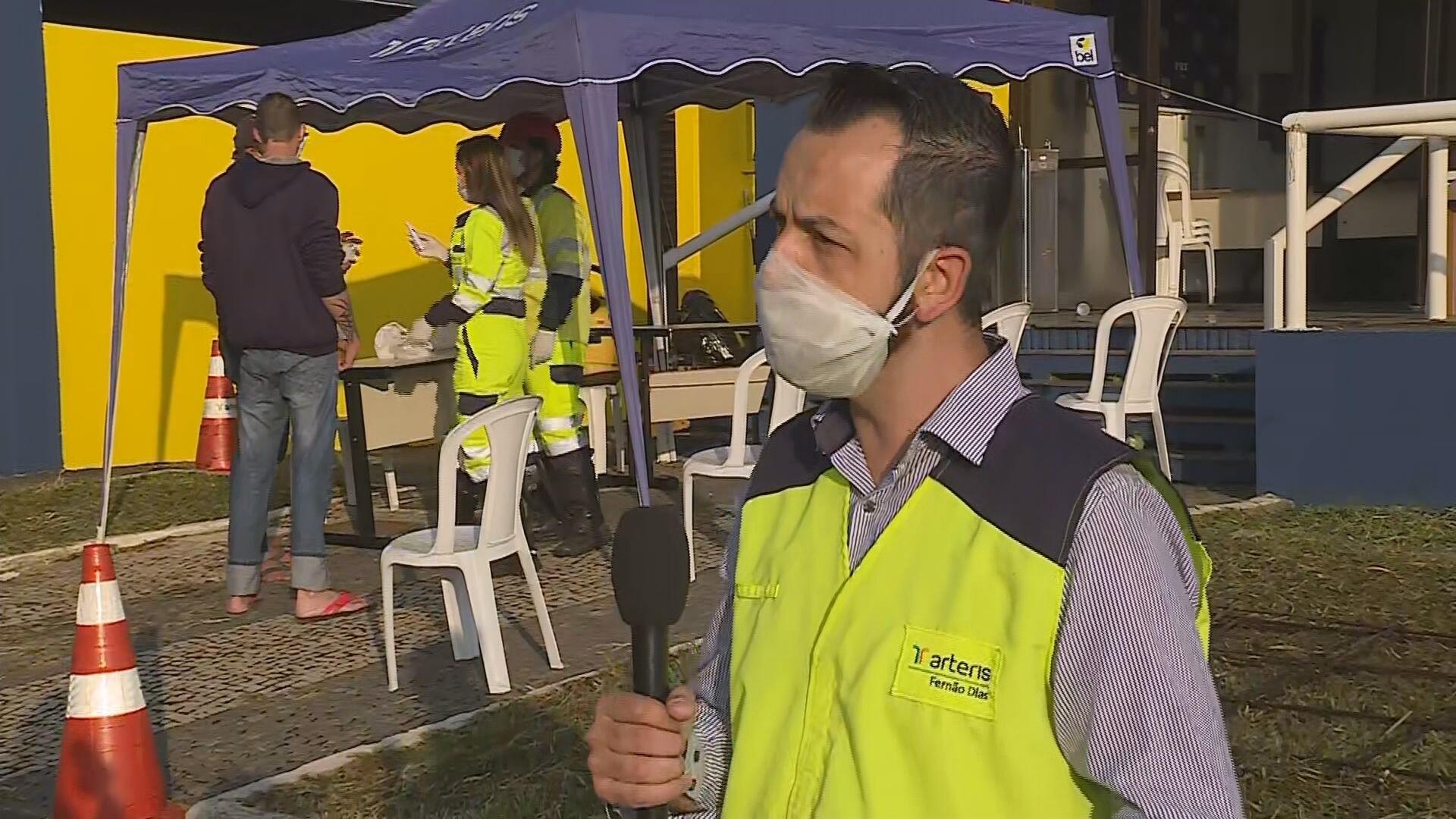 Caminhoneiros recebem dose da vacina contra a gripe H1N1 na rodovia Fernão Dias, em Betim