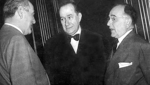 O embaixador Souza Dantas, ao centro, conversando com Oswaldo Aranha (esq.) e Getúlio Vargas (dir.) (Foto: Divulgação)