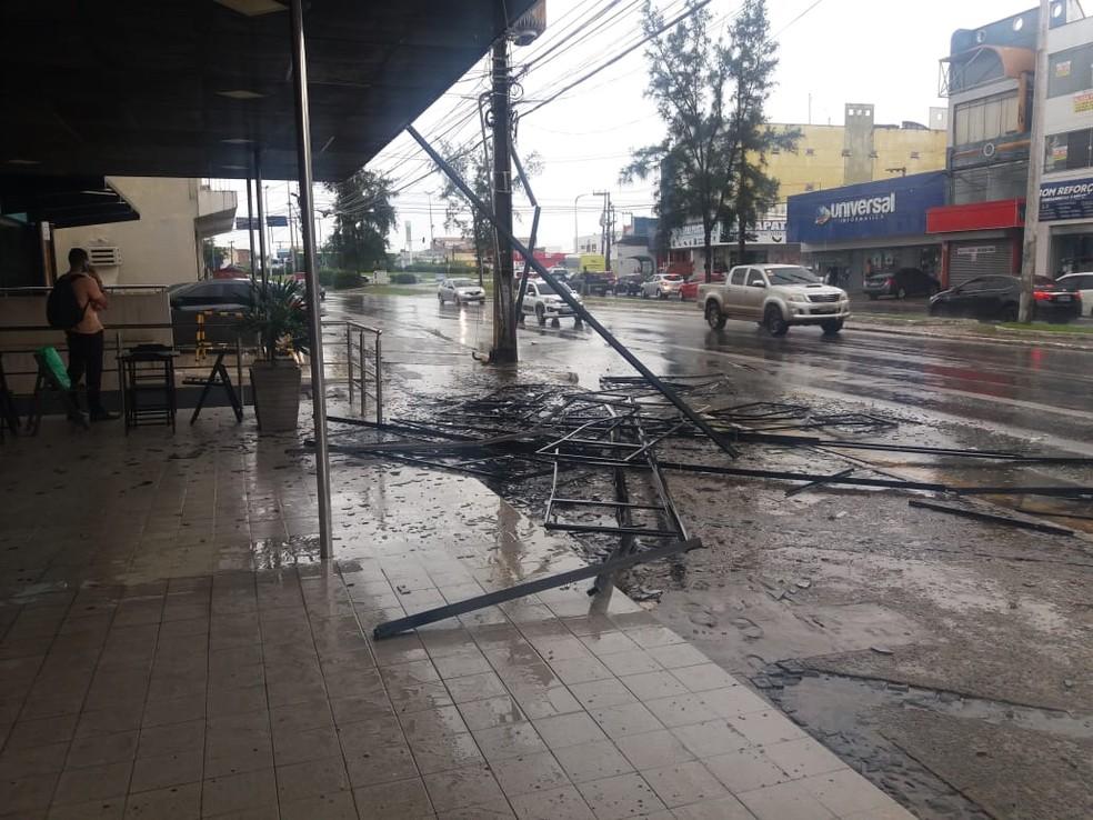 Estrutura metálica do prédio foi derrubada na calçada da Avenida Castelo Branco em São Luís (MA) — Foto: Alessandra Rodrigues/Rádio Mirante AM