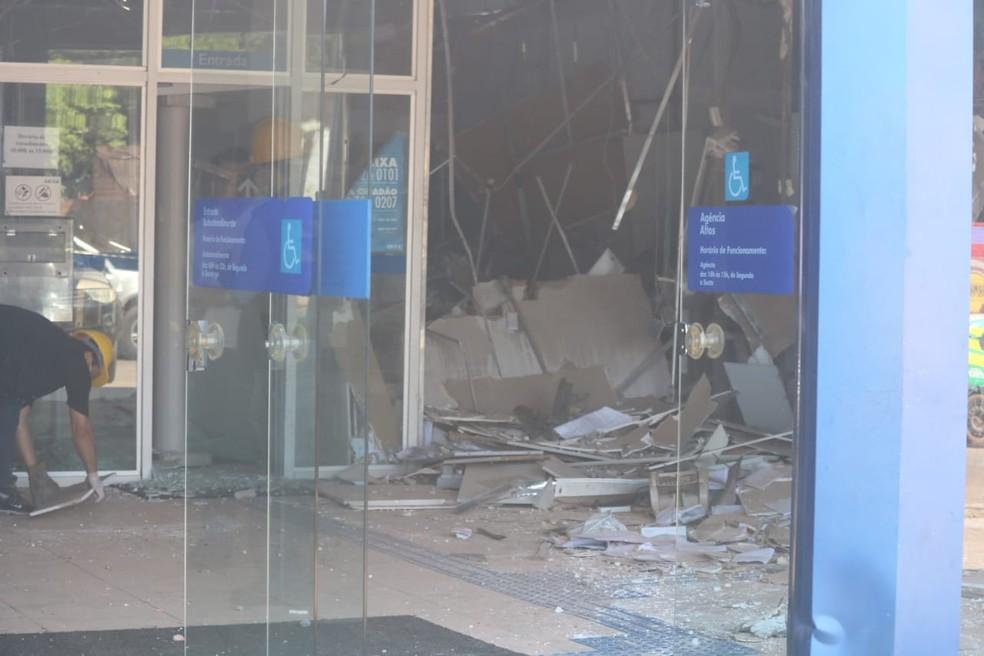 Bandidos explodiram agência da Caixa em Altos (Foto: Andrê Nascimento/G1 PI)