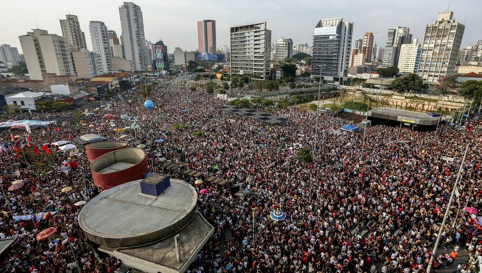 Foto aérea mostra manifestação contra o candidato Jair Bolsonaro no Largo da Batata, na Zona Oeste de São Paulo — Foto: Miguel Schincariol/AFP
