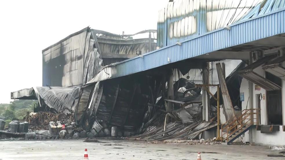 Destroços de galpões industriais localizados na antiga BR-101 Sul, em Jaboatão dos Guararapes, no Grande Recife — Foto: Reprodução/TV Globo