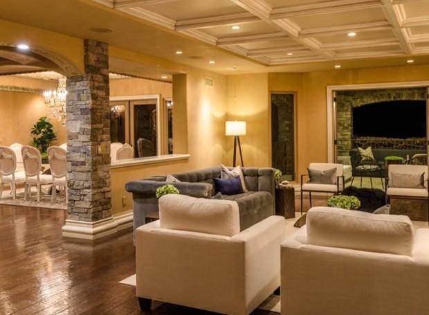 Uma sala de estar se conecta à área de jantar (Foto: Aaron Hoffman/ Reprodução)