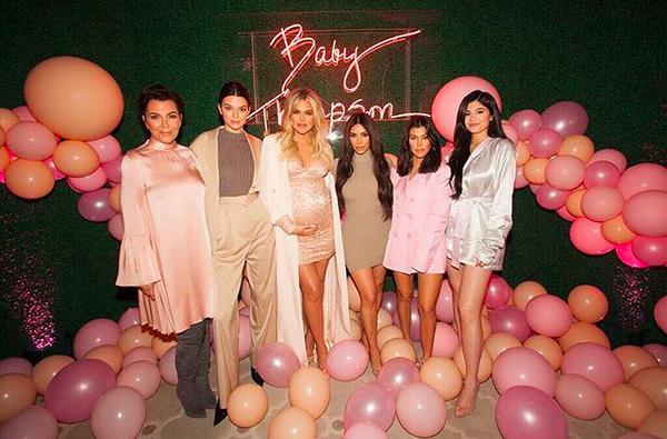 Kris Jenner, Kendall Jenner, Kim Kardashian, Kourtney Kardashian e Kylie Jenner no chá de bebê de Khloé Kardashian (Foto: Instagram)