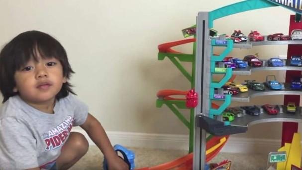 Menino de seis anos ganha R$ 36 mi por ano desempacotando brinquedos (Foto: Reprodução)