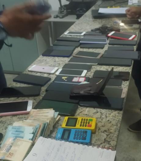 Dupla é presa com 56 celulares, arma de fogo e R$ 17 mil em Fortaleza