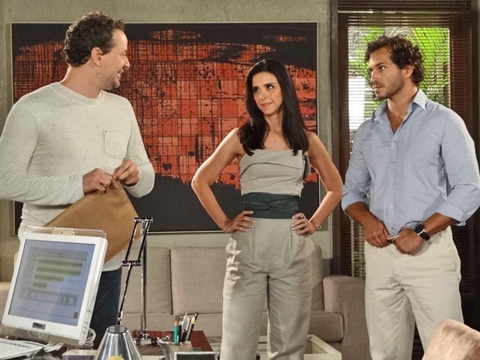 Esther manda carta para Paulo e deixa Guaracy enciumado em 'Fina Estampa' — Foto: Globo
