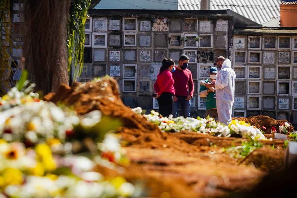 Enterro no Cemitério da Vila Formosa, em SP, em meio à pandemia do coronavírus — Foto: Antonio Molina/Estadão Conteúdo