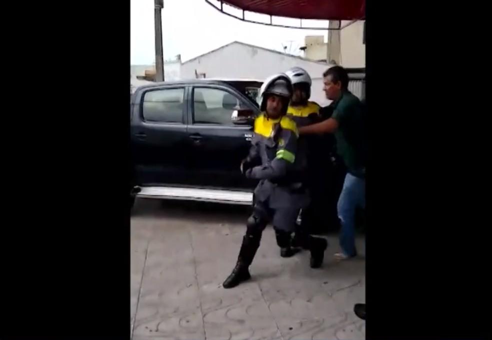 Um dos oficiais teve o braço quebrado durante a briga — Foto: Reprodução/BMD