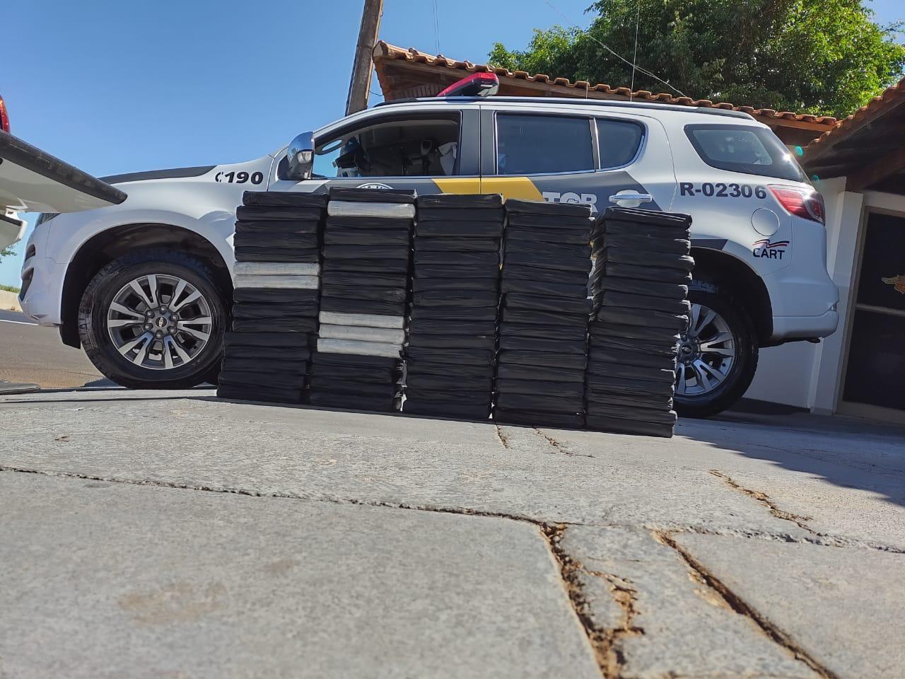 Polícia aborda motorista de caminhonete e apreende dezenas de tijolos de cocaína em Ourinhos