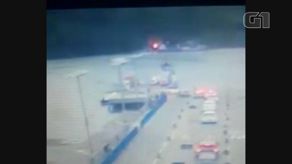 Carro caiu de balsa em Bertioga, SP — Foto: Reprodução