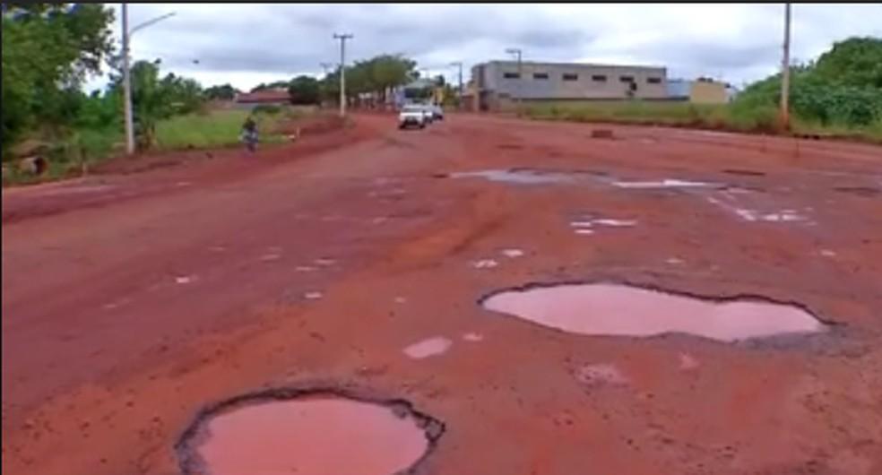 Moradores reclamam de buracos em avenida em Tangará da Serra — Foto: Reprodução/TVCA