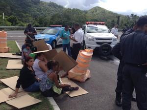 Vítimas de acidente entre BRT e caminhãoi aguardam atendimento no Rio (Foto: Daniel Silveira/G1)