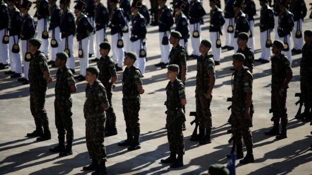 FHC diz que há militares, mas não uma força armada no governo, e a volta de um regime ditatorial (Foto: REUTERS/UESLEI MARCELINO, via BBC)