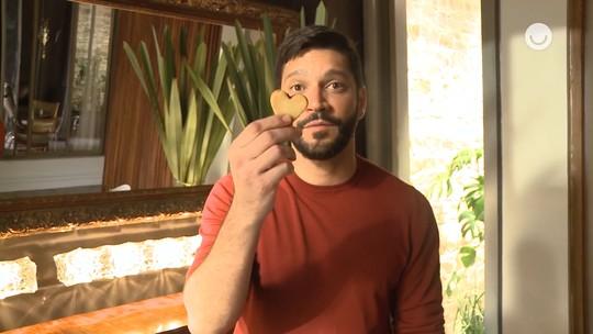 Armando Babaioff mostra bastidores de cena em que Diogo tenta envenenar Alberto