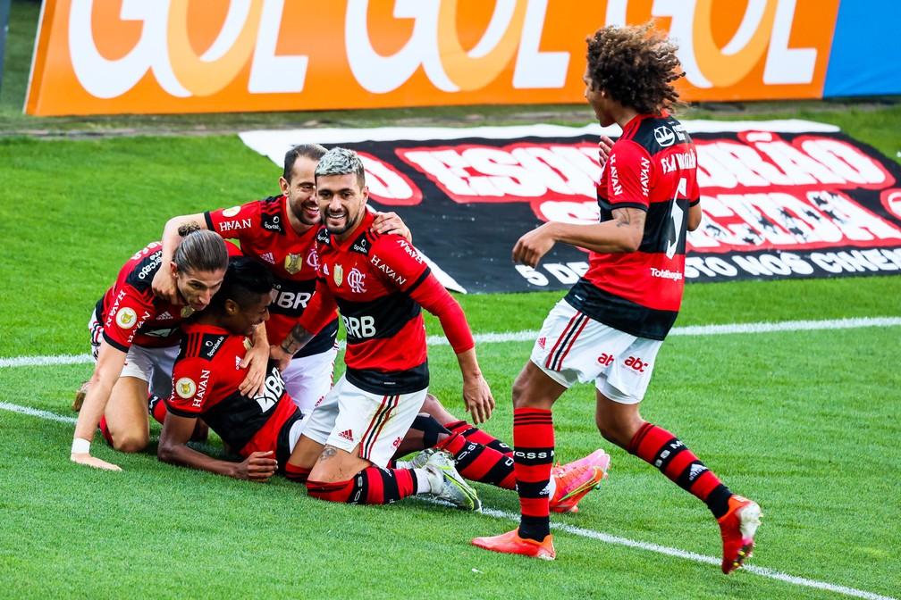 [ANÁLISE] Livre, leve e solto, Flamengo impressiona por dominância em vitória sobre o Corinthians
