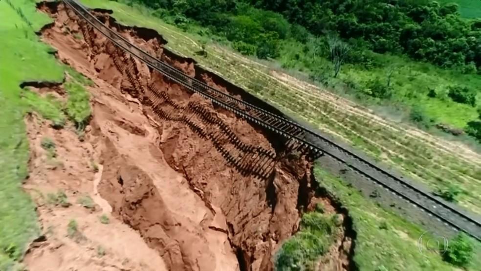 Em Avaí, uma cratera está engolindo a linha férrea (Foto: TV TEM/Reprodução)