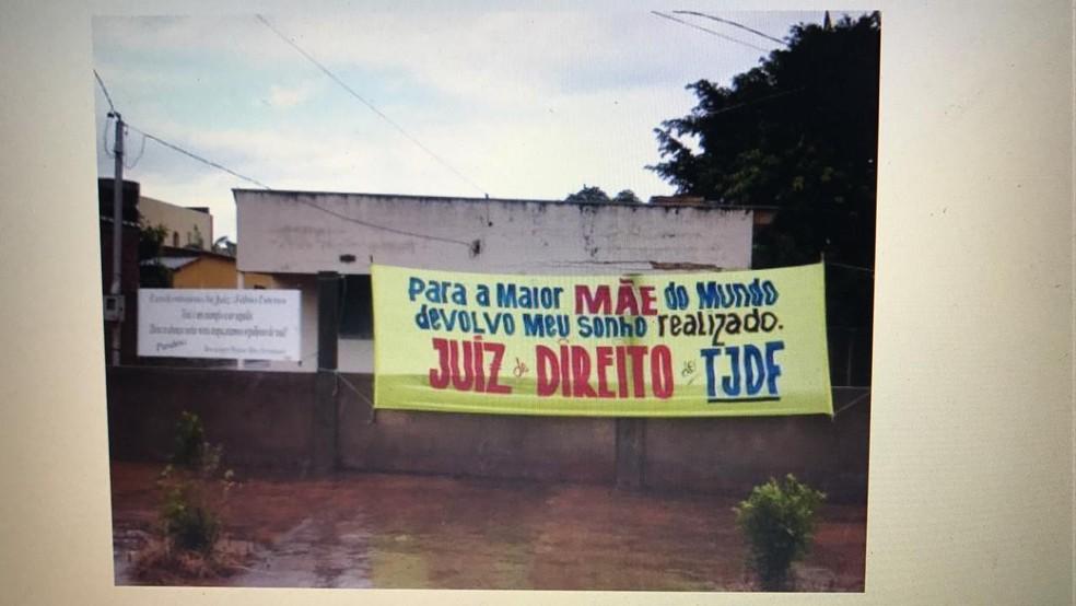 Faixa feita por Fábio Esteves quando foi aprovado no concurso para juiz do TJDFT, em 2007 — Foto: Arquivo pessoal
