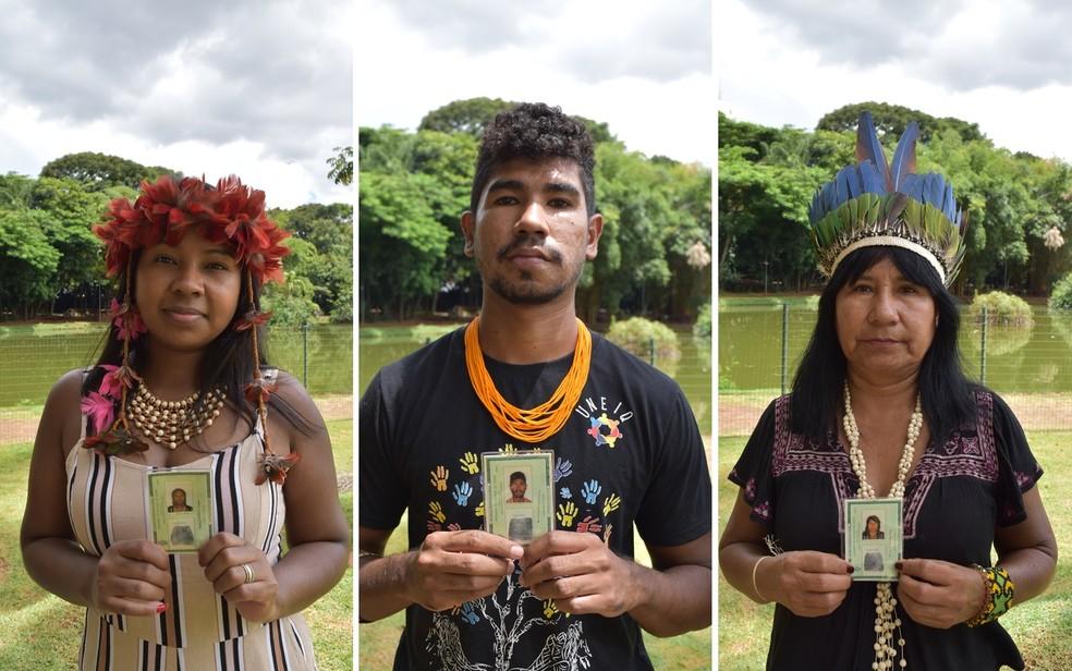 Stefany, Bruno e Maria Rosa Kambeba Omágua-Yetê Anaquiri com as identidades renovadas em Goiânia, Goiás — Foto: Vanessa Martins/G1