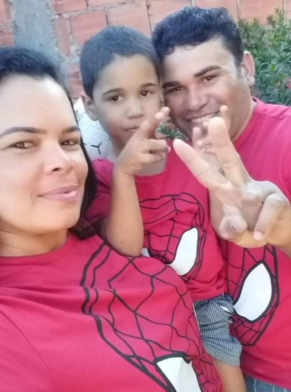 Daniel Augusto Costa morreu no acidente; foto foi tirada ontem com o pai e a madrasta, feridos no acidente — Foto: Arquivo pessoal