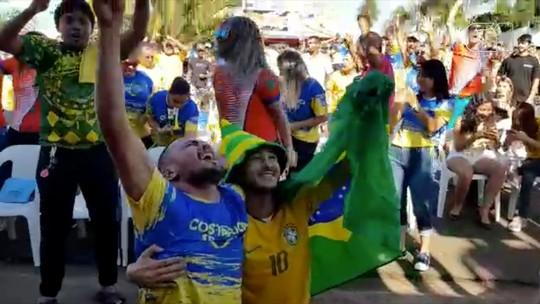 Torcedores de Costa Rica, MS, comemoram vitória do Brasil contra a seleção homônima