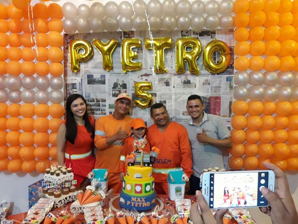 Menino convida amigos garis para festa com o tema 'caminhão de lixo', no Pará