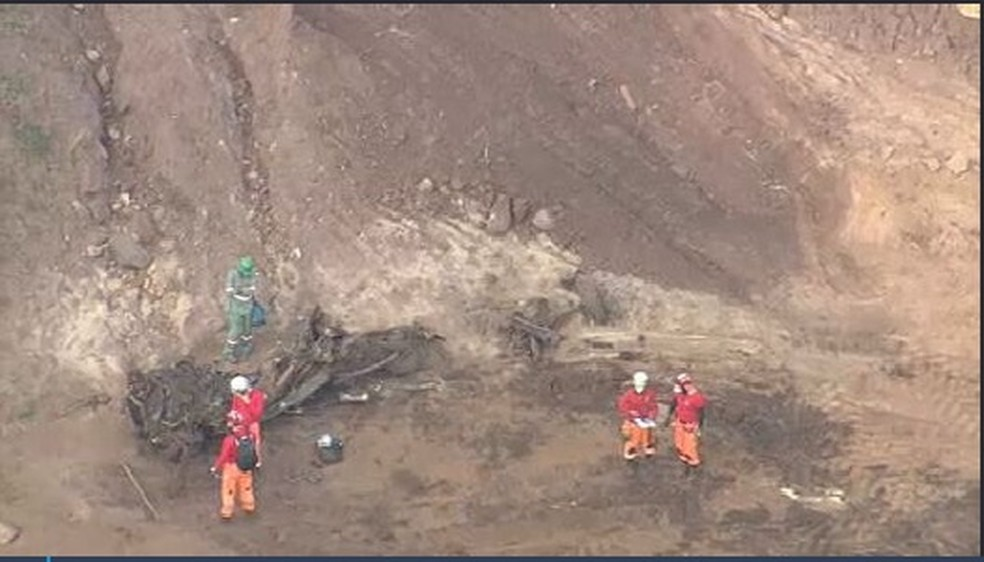 Bombeiros localizam caminhonete que era procurada desde o primeiro dia de buscas em Brumadinho — Foto: Reprodução/TV Globo