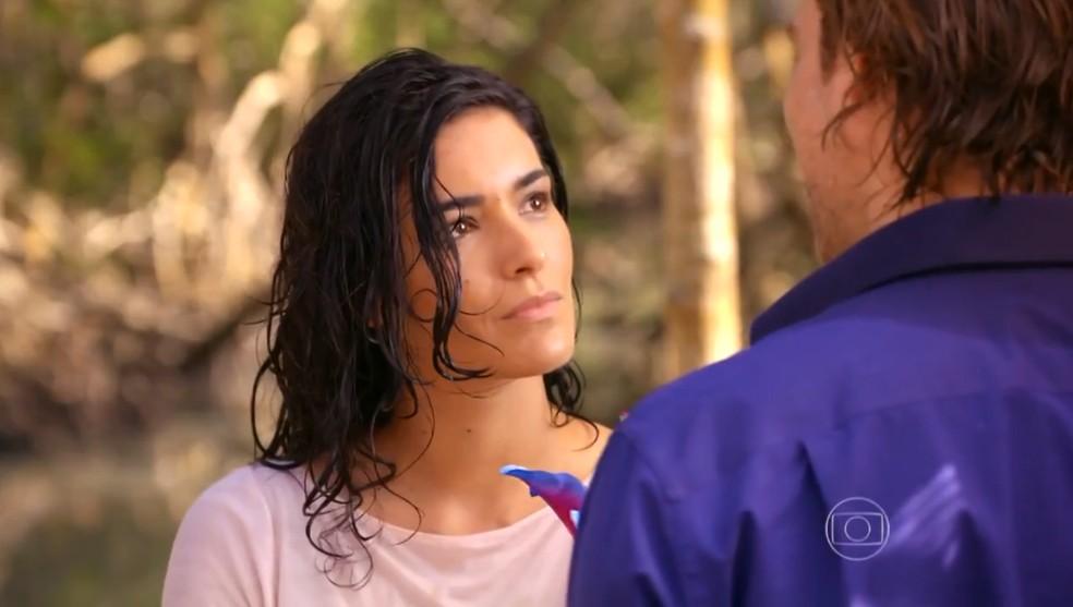 Cristal (Moro Anghileri) acredita quando Alberto (Igor Rickli) fala que Cassiano (Henri Castelli) precisa de um amor verdadeiro - 'Flor do Caribe'' — Foto: Globo