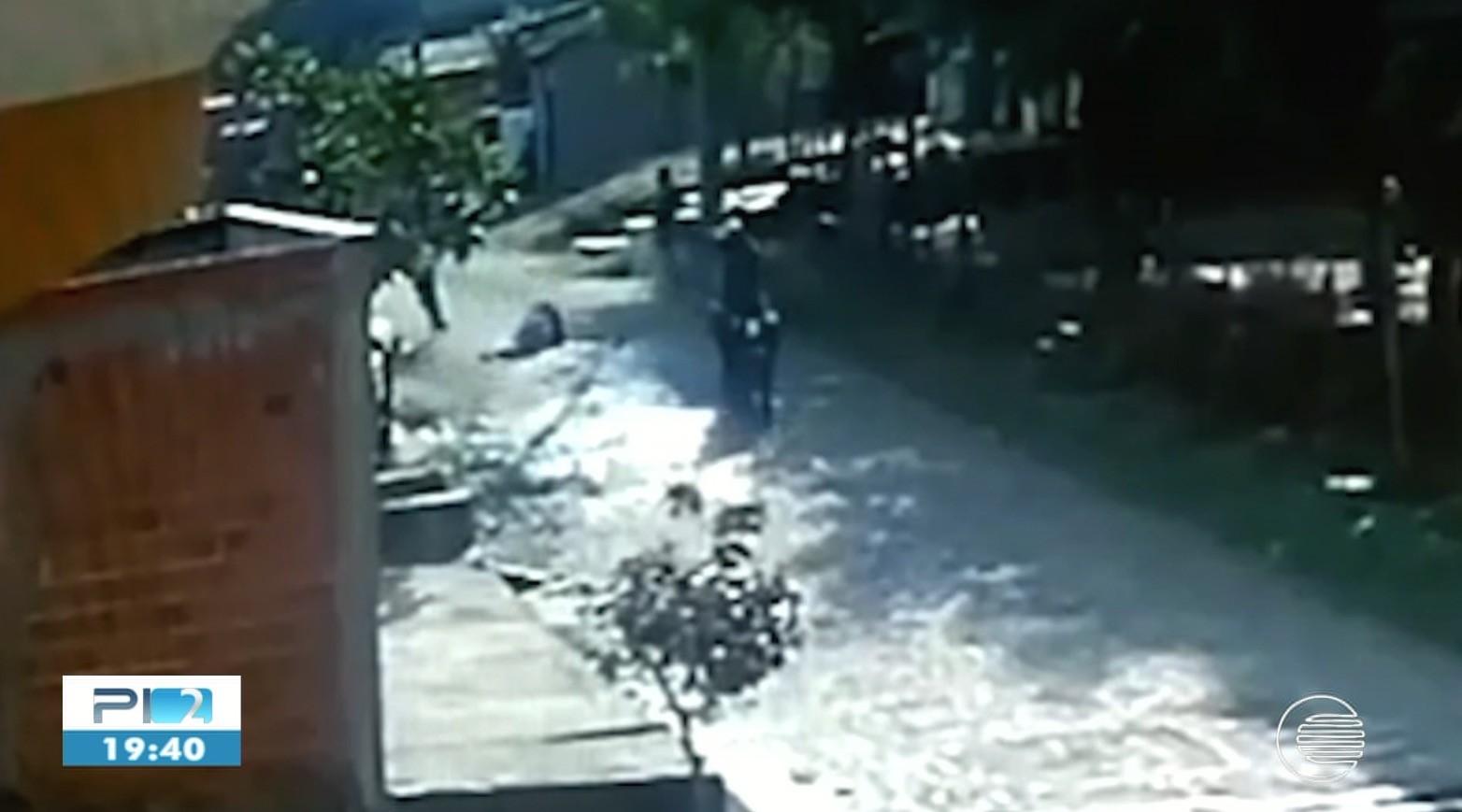 Vídeo mostra jovem caindo ao ser baleada durante tiroteio em Teresina; vítima foi atingida na região lombar