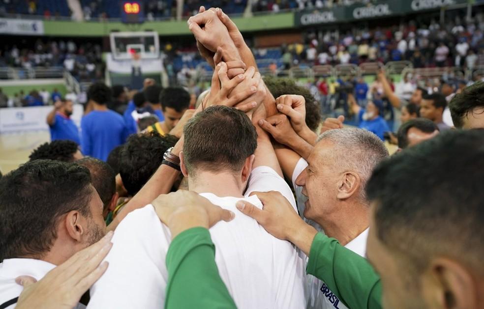Seleção brasileira comemora vitória em Santo Domingo — Foto  Divulgação Fiba eaf598408d502