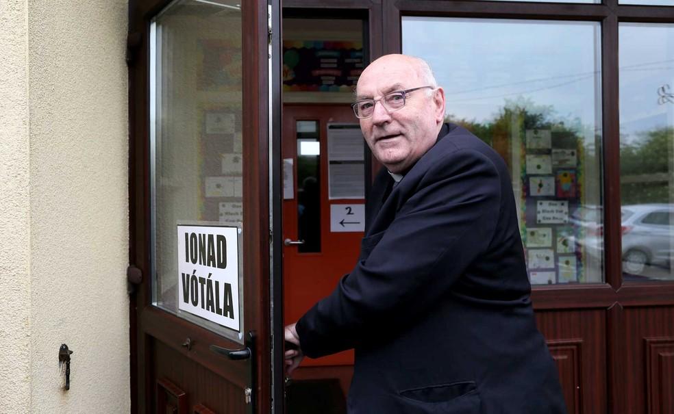 Padre Tom Harrington chega a um posto de votação do referendo sobre o aborto na Irlanda (Foto: Paul Faith / AFP Photo)