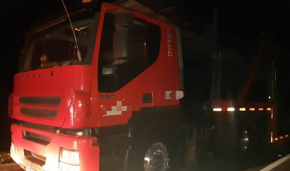 Motorista da carreta não ficou ferido, diz PRF — Foto: Divulgação/PRF