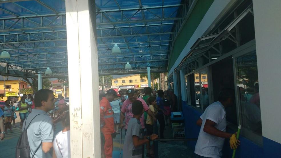Paciente foram retirados às pressas da UPA de Bertioga (Foto: Weverton Mello/Arquivo pessoal)