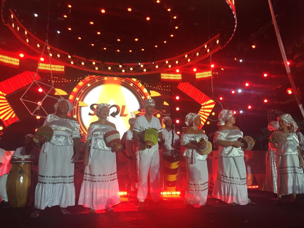 Afoxé durante apresentação no palco do Marco Zero do Recife, neste sábado (22) — Foto: Caíque Batista/G1