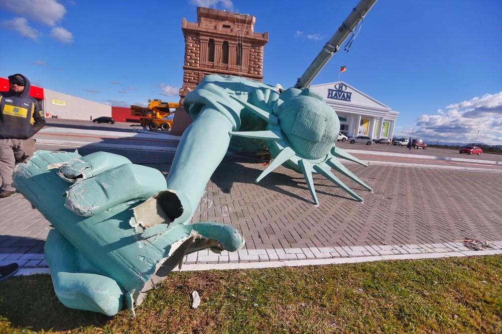 Réplica da Estátua da Liberdade caiu, em Capão da Canoa, nesta segunda (24), após registro de ventos fortes. — Foto: Lauro Alves/Agência RBS
