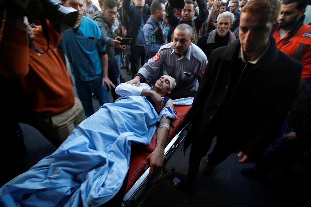 Homem atingido por disparo das Forças de Segurança de Israel é socorrido na Fronteira com a Faixa Gaza (Foto: Mohammed Salem/ Reuters)