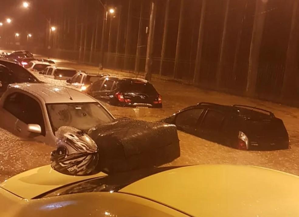 Carros 'boiando' na rua Jardim Botânico, Zona Sul do Rio  â?? Foto: Reprodução/Redes Sociais