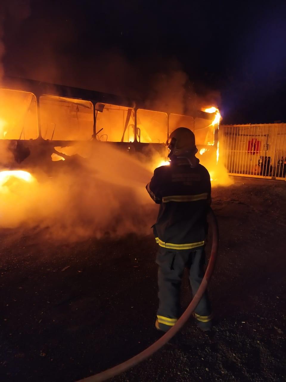 Bombeiros combatem incêndio em garagem de ônibus na Região Central de Minas