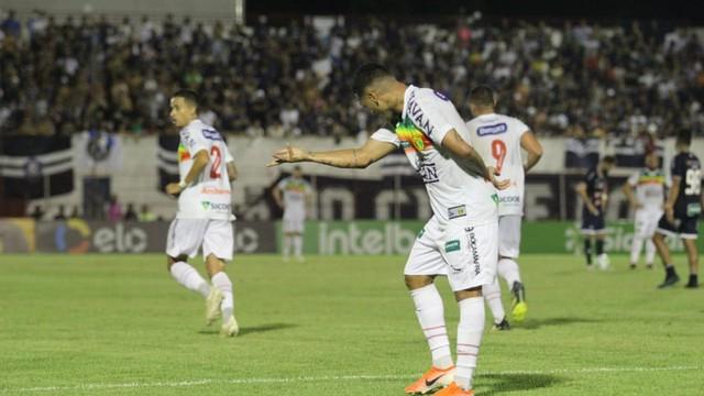 Thiago Alagoano foi o grande destaque do jogo, com dois gols
