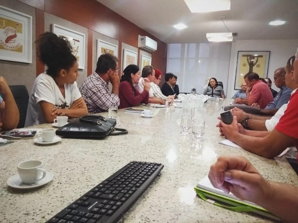 Governadora do RN, Fátima Bezerra (PT), durante reunião com servidores para tratar do pagamento dos salários de maio — Foto: Acson Freitas/Inter TV Cabugi