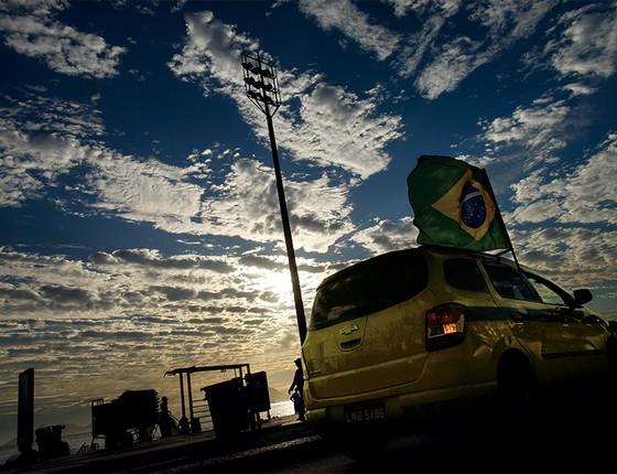 Silveirinha, condenado pelo desvio de milhões de dólares para a Suíça no escândalo do propinoduto, vive recluso entre um condomínio à beira-mar e a rotina de taxista em um ponto na Barra da Tijuca (Foto: Daniel Marenco/Agência O Globo)