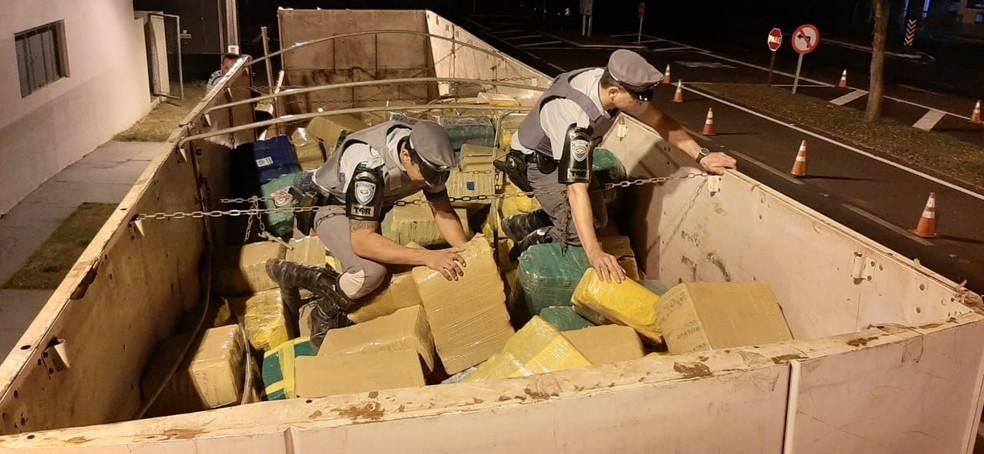 Fardos de maconha eram transportados em carreta — Foto: Polícia Rodoviária
