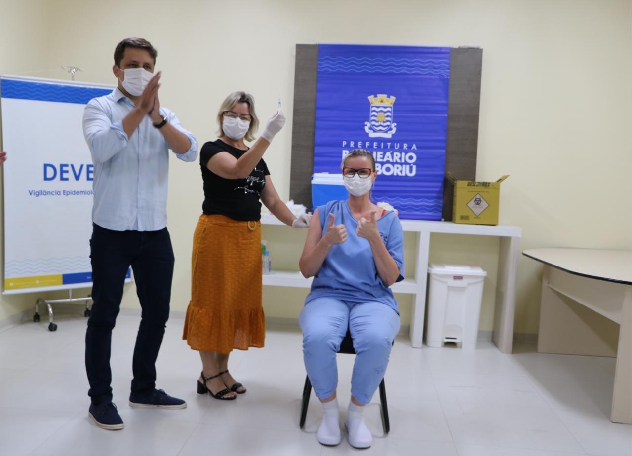 Conheça os vacinados contra a Covid-19 em SC: 'Sinto energia de vida renovada para cuidar de mais pessoas', diz trabalhadora de UTI