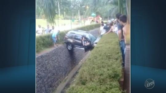 Motorista perde o controle e carro fica pendurado sobre córrego em Vinhedo; VÍDEO