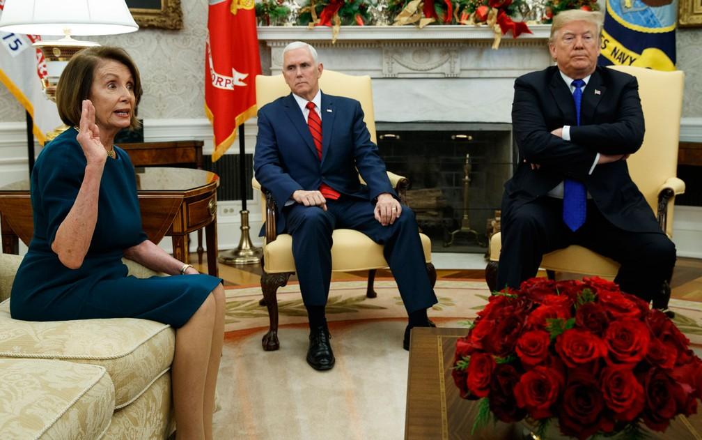 Ao lado do vice-presidente Mike Pence, o presidente dos EUA, Donald Trump, reage contrariado durante conversa com a líder da minoria democrata na Câmara, Nancy Pelosi, durante encontro na Casa Branca, na terça-feira (11) ? Foto: AP Photo/Evan Vucci